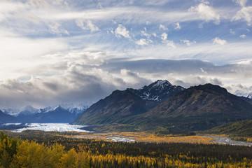 USA, Alaska, Ansicht der Chugach -Berge, Gletscher und Matanuska Matanuska River im Herbst