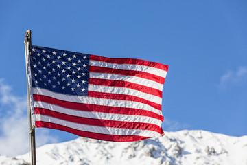 USA, Alaska, Flagge vor der Alaska Range im Denali-Nationalpark