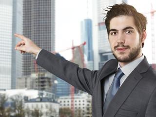 junger Geschäftsmann zeigen Finger