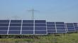 Deutschland, Bayern, Sonnenkollektoren mit Strommast im Hintergrund