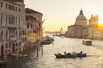 Italien, Venedig, Morgenverkehr auf Canal Grande in Santa Maria della Salute Kirche