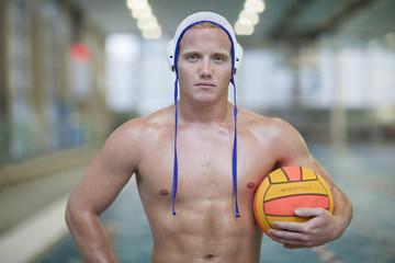 Wasserballspieler Außenbecken mit Ball