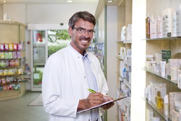 Deutschland, Brandenburg, Apotheker prüfen Produkte