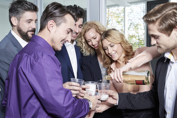 Deutschland, Geschäftsleute feiern im Büro