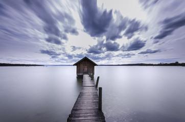 Deutschland, Bayern, Blick auf ein Bootshaus mit Steg am Ammersee