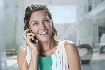 Spanien, Frau sprechen über Handy