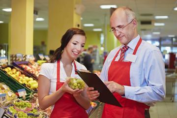 Deutschland, Köln, Mann und Frau mit Trauben im Supermarkt