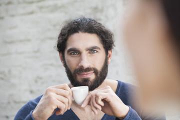 Deutschland, Köln,  Mann mit Kaffeetasse