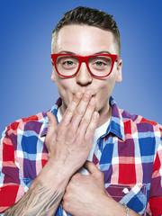 junger Mann sich schämen, rote Brille