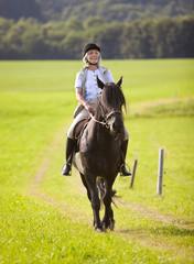 Deutschland, Bayern, Seniorin reiten Pferd