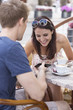 Polen, Warschau, Junges Paar in einem Straßencafe