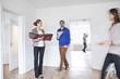 Paare, die eine Vereinbarung mit Immobilienmakler