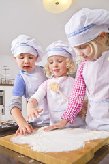 Deutschland, Mädchen und Jungen Verbreitung Mehl für Teig in der Küche