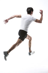 Junger Mann auf weißem Hintergrund läuft