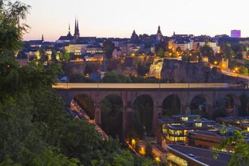 Luxemburg, Zug durch Viadukt Brücke