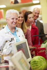 Deutschland, Köln, Mann und Frau wartet im Supermarkt