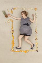 Frau umgeben mit Lebensmitteln