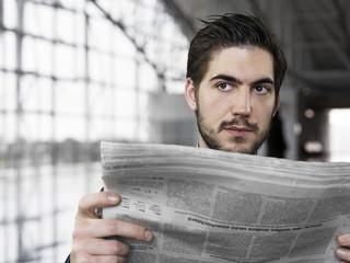 Unternehmer, hält Zeitung am Flughafen, schauen weg