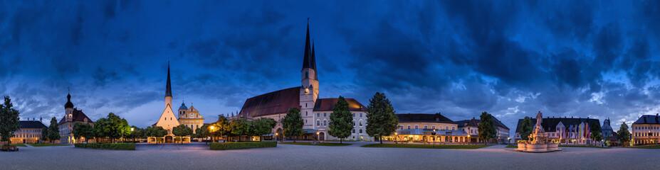 Deutschland, Bayern, Ansicht der Stiftspfarrkirchemit Kirche St. Magdalena im Hintergrund