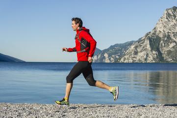 Italien, Mann Joggen am Gardasee