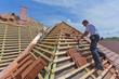 Deutschland, Stuttgart, Mann Messung Dachziegel