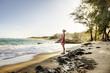 USA, Hawaii, Paar mittleren Alters, auf Strand stehen