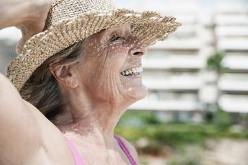 Spanien, Seniorin mit Strohhut