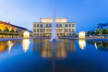 Deutschland, Leipzig, Opernhaus in der Abenddämmerung