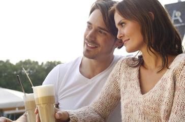 Deutschland, junge Paare im Kaffeehaus mit Latte Macchiato
