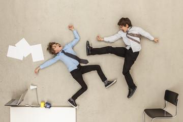 Business- Jungs kämpfen im Büro