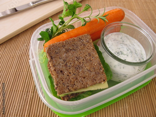 Brotbox mit Vollkornbrot und Möhren mit Kräuter-Joghurt - 62730538