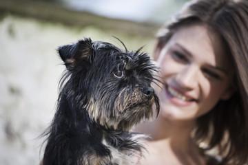 Deutschland, Köln, Frau mit ihrem Hund