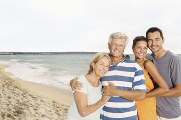 Spanien, Familie am Strand in Palma de Mallorca
