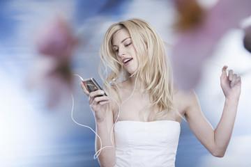Deutschland, Köln, Junge Frau, Musik hören