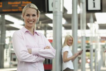 Deutschland, Düsseldorf, junge Geschäftsfrau eine andere Frau mit Smartphone im Hintergrund