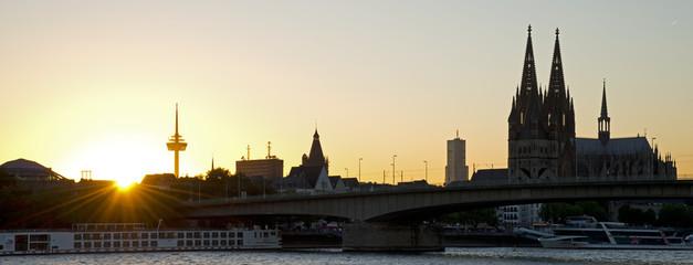 Deutschland, Köln, Blick von Deutz Flussufer des Kölner Doms über Rhein- Fluss bei Sonnenuntergang