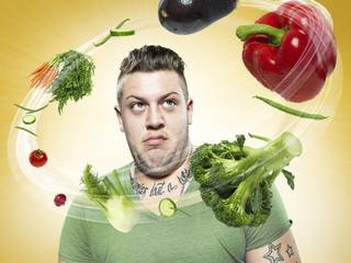Junger Mann, schauen auf fliegendes Gemüse, Composite