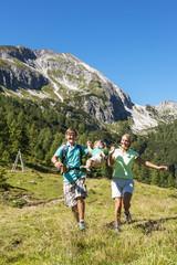 Österreich, Salzburg, Eltern zu Fuß und schwingen Sohn, Berge bei Altenmarkt Zauchensee