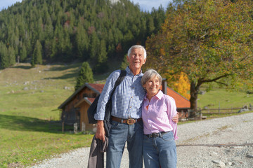 Deutschland, Bayern, Senior Ehepaar auf Bergwanderung in der Nähe von Wendelstein