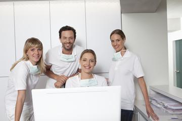 Deutschland, Zahnarzt und Unterstützung Porträt