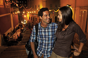 Portugal, Lisboa, Carmo, Calcada du Duque, junges Paar auf der Suche nach Restaurant