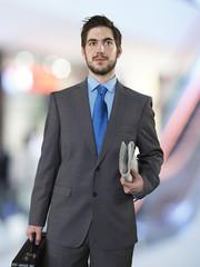 Geschäftsmann mit Aktenkoffer und Zeitung
