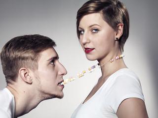 Junger Mann beißt Süßigkeiten Halskette