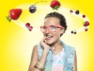 Junge Frau, schauen auf die fliegen Obst, Composite