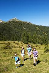 Österreich, Salzburg, Familie, die auf Berge bei Altenmarkt Zauchensee