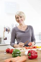 Deutschland, München, Frau bereitet Essen in der Küche