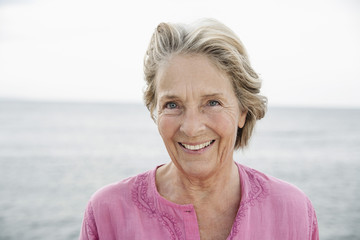 Spanien, Seniorin schaut auf Atlantik