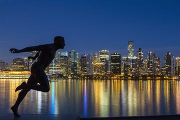 Kanada, Vancouver, Harry Jerome Statue und Skyline bei Nacht