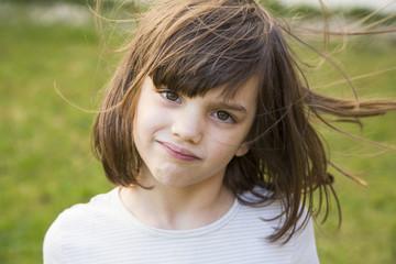 kleines Mädchens mit wehenden Haaren