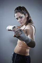 Boxerin in der Verteidigung Stellung